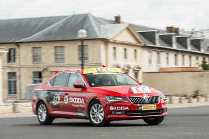 Prominenter Auftritt: Neuer SKODA Superb ist 'Red Car' der Tour de France 2015 (FOTO)