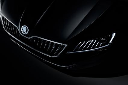 SKODA Showcar Superb Black Crystal brilliert durch Sternenstaub (FOTO)