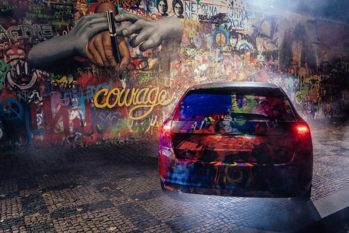 SKODA SCALA im Camouflage-Look an der Lennon Wall in Prag